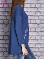 Ciemnoniebieska bluzka z naszywkowymi nadrukami                                  zdj.                                  4
