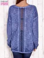 Ciemnoniebieska dekatyzowana bluzka z koronkowymi wstawkami                                  zdj.                                  2