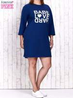 Ciemnoniebieska sukienka dresowa z napisem BABE PLUS SIZE                                  zdj.                                  2