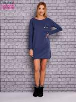Ciemnoniebieska sukienka z ozdobną przypinką                                  zdj.                                  2
