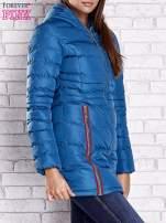 Ciemnoniebieski pikowany płaszcz ze złotymi suwakami                                  zdj.                                  3