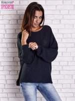 Ciemnoniebieski sweter oversize z rozcięciami po bokach                                  zdj.                                  4