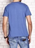 Ciemnoniebieski t-shirt męski z napisami i kotwicą                                  zdj.                                  2