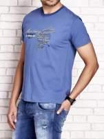 Ciemnoniebieski t-shirt męski ze sportowym nadrukiem i napisami                                  zdj.                                  3