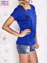 Ciemnoniebieski t-shirt z aplikacją owadów                                                                          zdj.                                                                         3