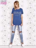 Ciemnoniebieski t-shirt z hashtagiem #BECAUSE                                  zdj.                                  2