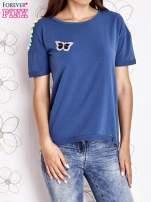 Ciemnoniebieski t-shirt z naszywką motyla i pomponikami