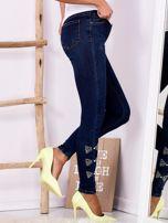 Ciemnoniebieskie jeansowe rurki z kokardkami z dżetów                                  zdj.                                  3