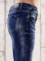 Ciemnoniebieskie jeansy rurki z przetarciami                                  zdj.                                  5