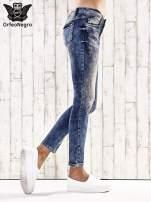 Ciemnoniebieskie marmurkowe regular jeans                                  zdj.                                  3