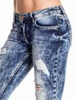 Ciemnoniebieskie spodnie acid wash ripped jeans                                                                          zdj.                                                                         5