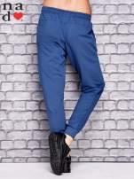 Ciemnoniebieskie spodnie dresowe z zasuwaną kieszonką                                  zdj.                                  3