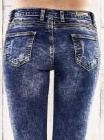 Ciemnoniebieskie spodnie jeansowe marble denim                                  zdj.                                  5