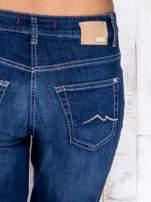 Ciemnoniebieskie spodnie jeansowe regular                                  zdj.                                  4