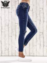 Ciemnoniebieskie spodnie jeansowe z łatami na kolanach                                                                          zdj.                                                                         2