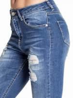 Ciemnoniebieskie spodnie skinny jeans z poszarpaną nogawką i dziurami                                  zdj.                                  5
