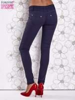 Ciemnoniebieskie strechowe spodnie skinny z kieszeniami                                                                          zdj.                                                                         3