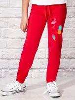 Ciemnoróżowe spodnie dresowe dla dziewczynki z letnim nadrukiem                                  zdj.                                  1