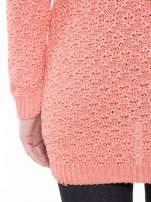 Ciemnoróżowy sweter o ozdobnym ściegu z dekoltem w serek                                   zdj.                                  8