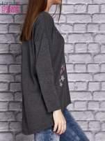 Ciemnoszara bluzka z naszywkowymi nadrukami                                  zdj.                                  3