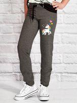 Ciemnoszare spodnie dresowe dla dziewczynki z motywem jednorożca                                  zdj.                                  1