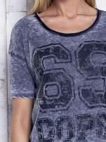 Ciemnoszary dekatyzowany t-shirt z brokatowym nadrukiem                                  zdj.                                  6