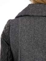 Ciemnoszary płaszcz ze skórzanymi pikowanymi rękawami