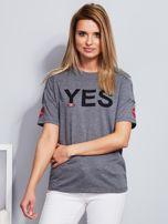 Ciemnoszary t-shirt z napisem i kółeczkami na rękawach                                  zdj.                                  1