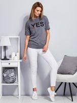 Ciemnoszary t-shirt z napisem i kółeczkami na rękawach                                  zdj.                                  4