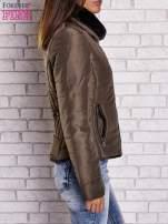 Ciemnozielona kurtka z futrzanym kołnierzem i kontrastową lamówką