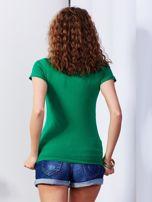 Ciemnozielony t-shirt z biżuteryjną wstawką                                  zdj.                                  2