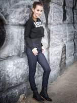 Czarna bluza cropped z nadrukiem numerycznym                                  zdj.                                  6