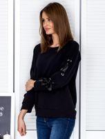 Czarna bluza z kokardami na rękawach                                  zdj.                                  3