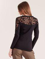 Czarna bluzka z ozdobnym dekoltem                                  zdj.                                  2