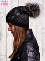 Czarna czapka ze srebrnym nadrukiem i pomponem