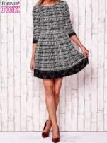 Czarna graficzna sukienka z koronkowym wykończeniem