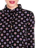 Czarna koszula w etniczne wzory z podwijanym rekawem