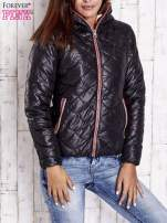 Czarna pikowana kurtka z futrzanym ociepleniem                                   zdj.                                  1