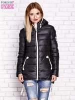 Czarna pikowana kurtka z kontrastowymi suwakami                                  zdj.                                  1