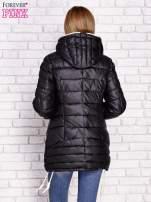 Czarna pikowana kurtka z kontrastowymi suwakami                                  zdj.                                  4