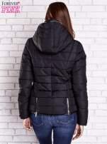 Czarna pikowana kurtka ze złotymi suwakami                                                                          zdj.                                                                         5