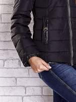 Czarna pikowana kurtka ze złotymi suwakami                                                                          zdj.                                                                         6
