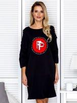Czarna sukienka damska oversize z perełkami i okrągłą naszywką                                  zdj.                                  1