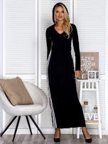 Czarna sukienka maxi z kapturem i białymi pasami z boku