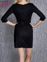 Czarna sukienka z czerwonym wykończeniem przy dekolcie                                  zdj.                                  2