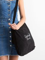 Czarna sztruksowa torba z napisem                                  zdj.                                  2