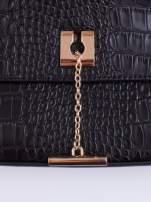 Czarna torba z motywem skóry aligatora i złotym łańcuszkiem
