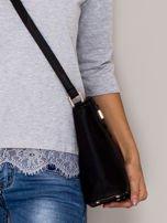 Czarna torebka z ozdobną klapką                                   zdj.                                  2