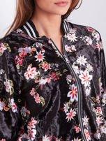 Czarna welurowa bluza bomberka rozpinana w kwiaty                                  zdj.                                  5