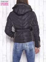 Czarna zimowa kurtka z futrzanym kapturem i paskiem                                                                          zdj.                                                                         4